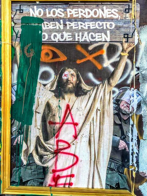 L'église n'est pas épargnée : scandale sexuel (Eglise complice pédophile !, Porcs ! Curés violeurs !) Des églises pillées et incendiées (Photo Tess C)
