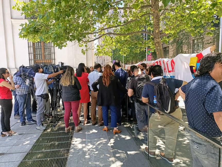 A l'ombre de la Moneda (résidence du président), om improvise une conférence de presse sur le prochain défilé (Photo FC)