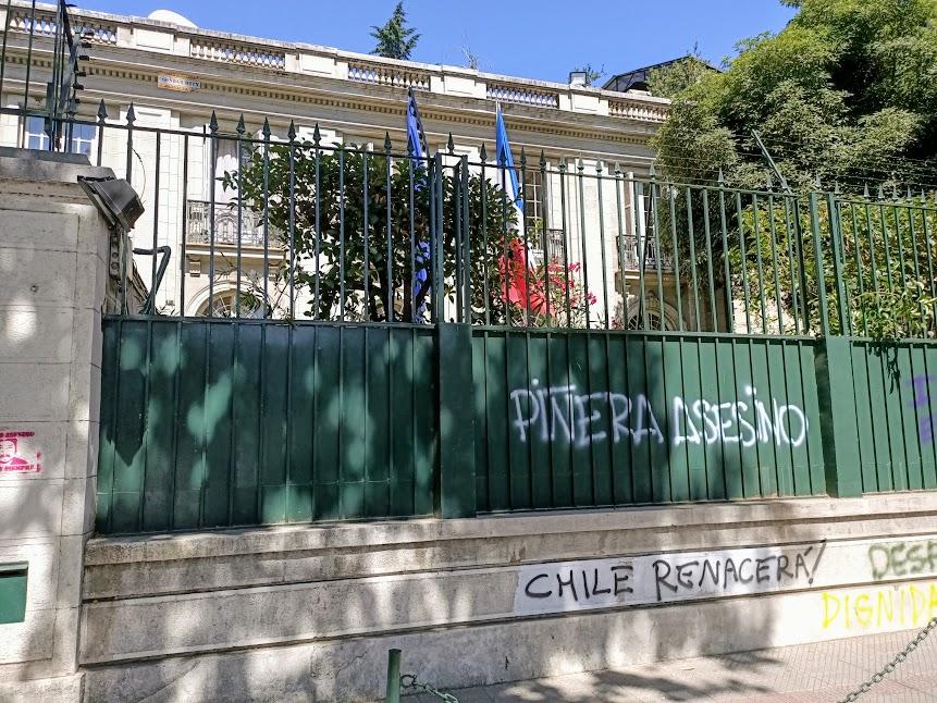 Av. Condell 65, l'ambassade de France, à deux pas de Plaza Italia, là aussi les manifestants s'exprime ! (Photo FC)