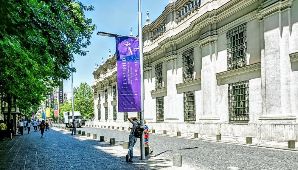 Et pourquoi pas un ballet, La sylphide qui se joue à l'opéra de Santiago pendant les événements (à partir de 3,80 €). Ici sur le côté de la Monéda, rue Morande (Photo FC)