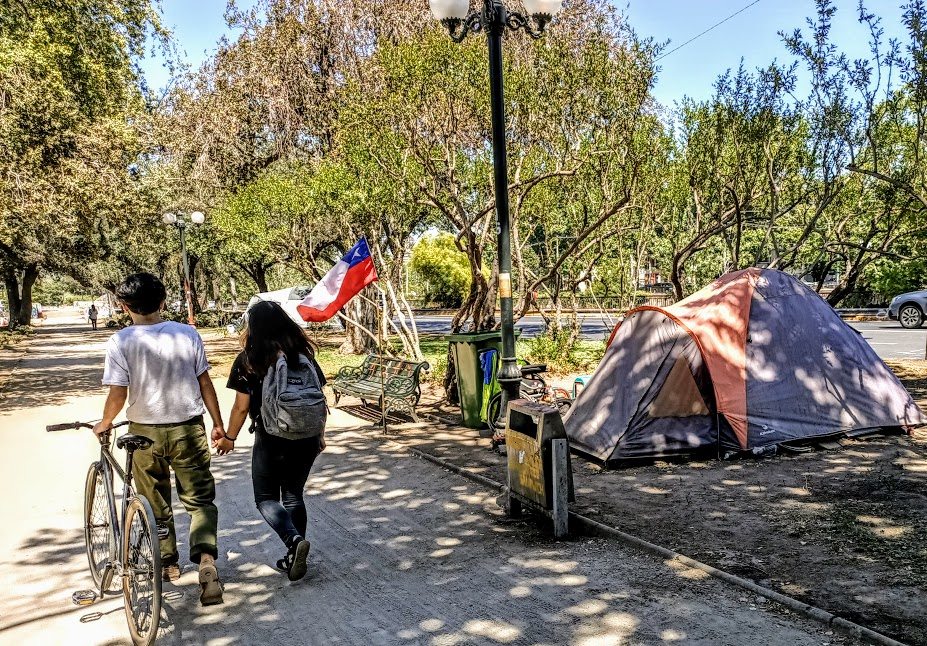 En la Alameda, el parque Bustamente, algunos campamentos y una pareja (Foto FC)