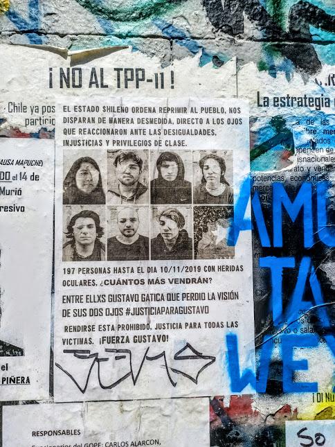 La photo des victimes des pacos est affichée partout dans la ville (Photo FC)