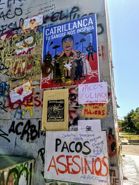 Cette obélisque de la Plaza Italia est le support idéal pour les manifestants qui exprime ici la haine des pacos qui ont assasiné et mutilé en toute impunité (Photo FC)