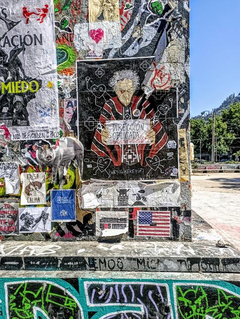 Cada lado del obelisco de Plaza Italia es el apoyo de todo odio hacia el poder y pacos (Foto FC)