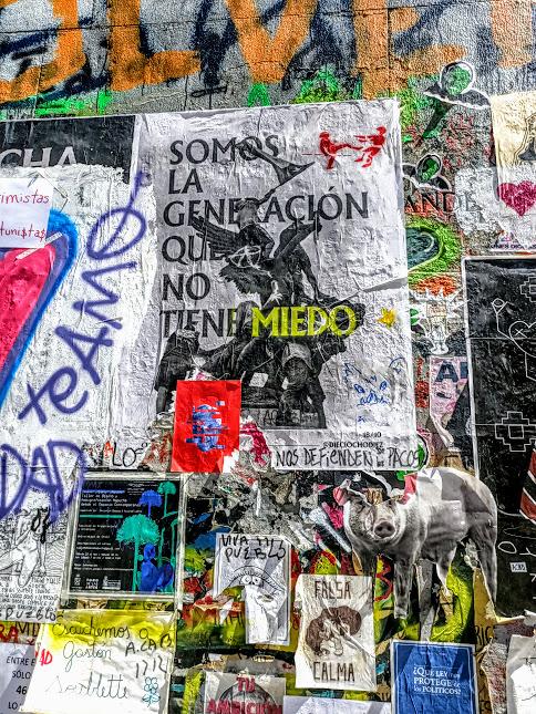"""""""Nous somme la génération qui n'a pas peur"""" affirme cette affiche placardée sur l'obélisque Plaza Italia (Photo FC)"""