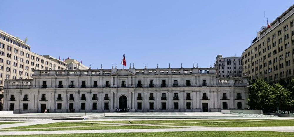 Este palacio de la Moneda, surge, increíblemente intocado a pesar de todos estos días de protestas, conserva el recuerdo del golpe de estado del año 73 en el que el ejército Chileno asistido de la CIA, permitió que el general Pinochet tomase el poder. El presidente Allende se suicidara en su oficina (foto FC)