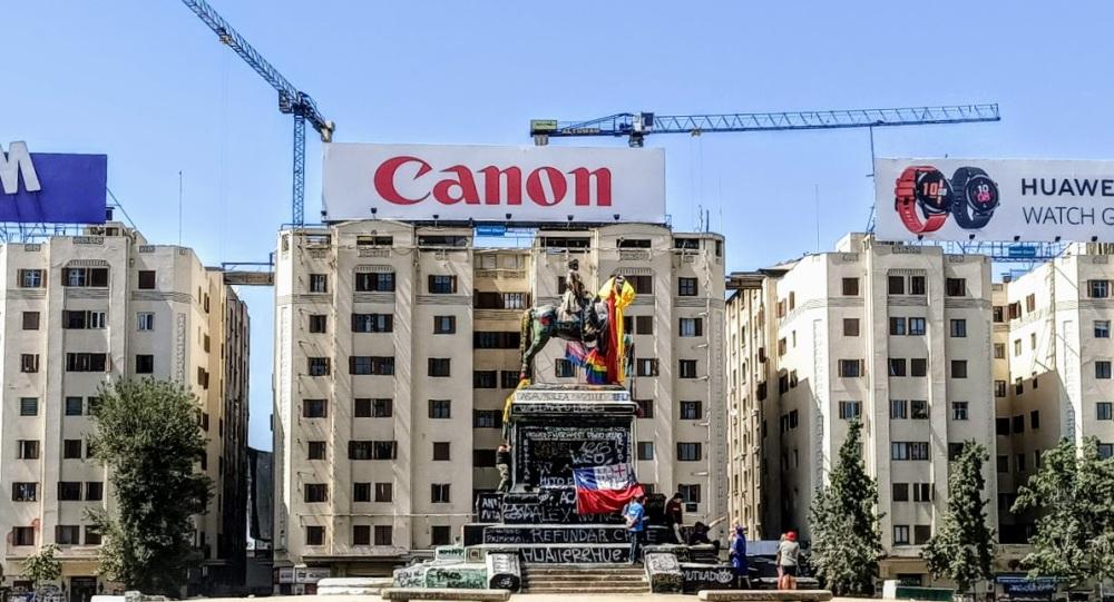 Si tôt le matin, peu de monde, seul, Plaza Italia, la statue équestre du général Baquedano bariolé et graffité rassemble quelques jeunes manifestants (Photo FC)
