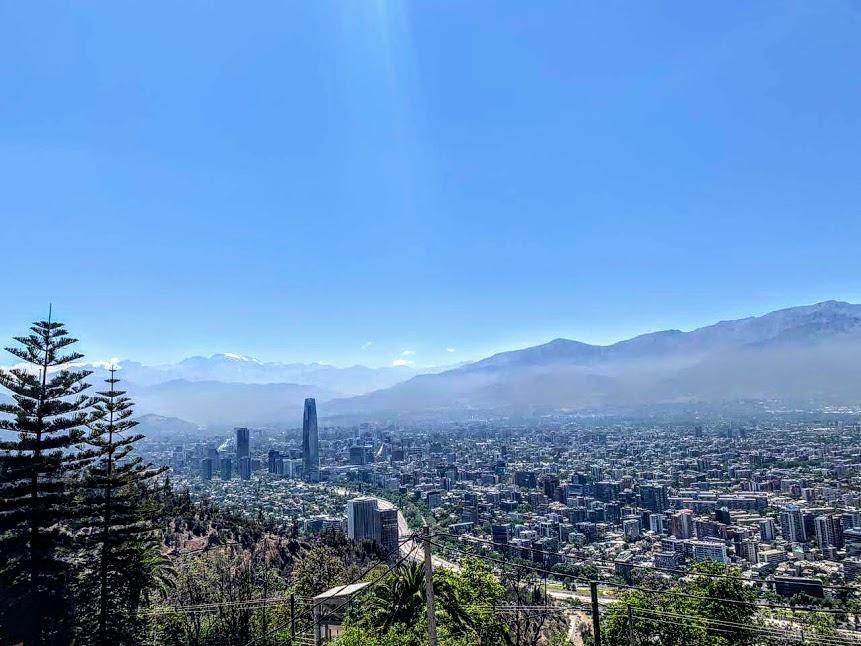 Santiago de Chile, desde lo alto del Cerro San Cristóbal. Las montañas de los Andes y los picosnevados se pueden ver al este de la ciudad (foto Tess C)