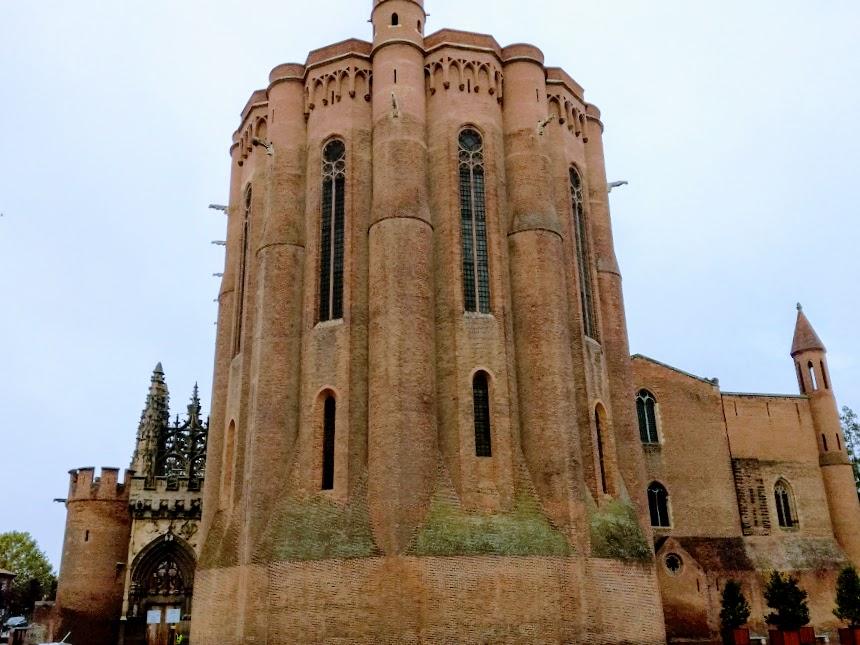 St Cecile's Cathedral of Albi and its impressive bedside, with its cylindrical buttresses acting as defensive turrets. It was part of the defensive system incorporating the Palace of Berbie and could accommodate 6000 Albigeois in case of danger (Photo FC)